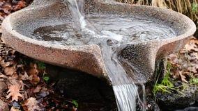 流动在样式流程形式喷泉的水 股票视频