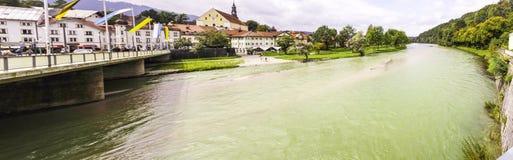流动在桥梁下的一条宽河的全景 图库摄影