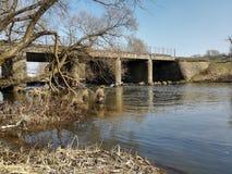 流动在桥梁下的河 免版税图库摄影