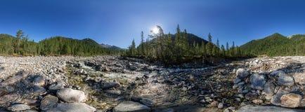 流动在森林的圆柱形vr全景360山河 免版税库存照片