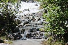 流动在河的水小河 库存照片
