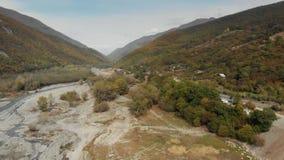 流动在沿峡谷的岩石之间的乔治亚山的河 影视素材