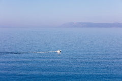 流动在海、旅行和假期概念的小船鸟瞰图 免版税库存图片