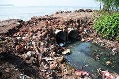 流动在海的城市下水道 库存图片