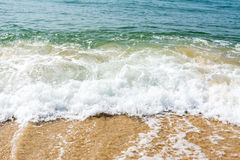 流动在海滩的强的波浪 免版税库存图片