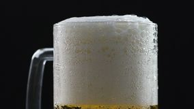 流动在玻璃墙,软饮料,加热杀菌的和被过滤的酿造下的啤酒泡沫 影视素材