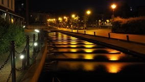 流动在米尔岛的台阶下的河的夜视图在比得哥什,波兰 库存图片