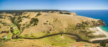 流动在钾的黄色小山中的中间河空中全景 免版税库存图片