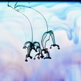 流动在水中的墨水,抽象 免版税库存照片
