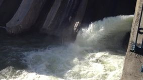 流动在水坝的水 影视素材
