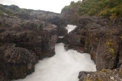 流动在Barnafoss的水 免版税图库摄影