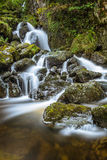 流动在Lodore下的新鲜的滴下的水在湖区落瀑布, Cumbria,英国 库存图片