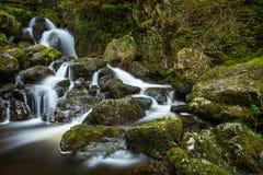 流动在Lodore下的新鲜的滴下的水在湖区落瀑布, Cumbria,英国 库存照片