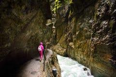 流动在Partnach峡谷或Partnachklamm的大海,切由在Reintal谷的一条山小河在Garmisch-Parten附近 免版税库存图片