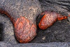 流动在Puuoo火山口大岛夏威夷附近的熔岩 库存图片
