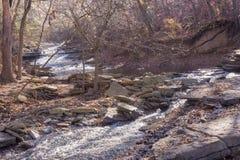 流动在tanyard小河下的5个岩石大海秋天 库存照片