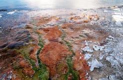 流动在Yellowstone湖的温泉 免版税库存图片