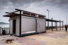 流动夏天餐馆在Cinarcik -土耳其 库存图片