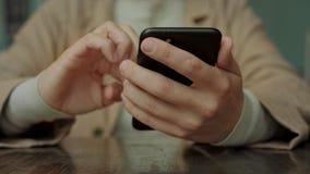 流动巧妙的电话在妇女手上 影视素材