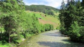流动横跨与树和小山的Gerlostal谷的格尔洛斯小河 欧洲阿尔卑斯在奥地利 影视素材