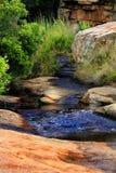 流动横跨岩石的水 免版税库存照片