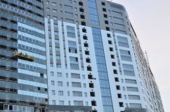 流动水力建筑平台的建筑工人 大厦的玻璃门面的修理,背景,结构 库存图片