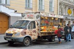 流动汽车糖果店和买家在圣彼德堡201 免版税库存照片