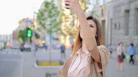 流动照片爱好微笑的妇女大厦城市 股票视频