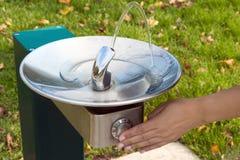 流动的喷泉冷饮 免版税库存照片