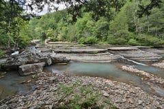 流动的岩石小河明白净水 免版税库存图片