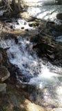 流动的水和岩石在Bridalveil秋天附近 免版税库存照片
