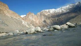 流动的水在山脉中放出在Passu 股票录像
