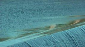 流动的水通过水坝 瀑布 股票录像