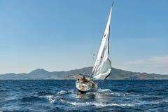 流动的白色游艇 免版税图库摄影