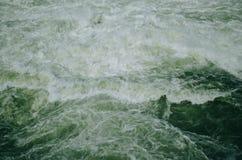 流动的绿色水 免版税库存图片