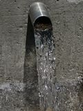 流动的饮用水的美好的图象从神圣的春天的 免版税库存图片