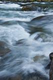 流动的水特写镜头与海绿色和蓝色颜色的 免版税库存照片
