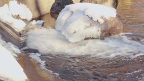流动的水 特写镜头 冰川覆盖的石头 关闭 冬天河 股票录像