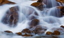 流动的水秋天 库存图片