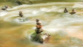 流动的水通过石头 股票录像