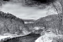 流动的Kinnickinnic河黑白在冬天 免版税库存图片