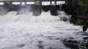 流动过量水在流动与薄雾的坦克泡沫水高速水中 影视素材