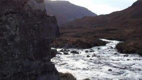 流动通过一个遗弃自耕农村庄的山小河在苏格兰 股票录像