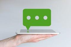 流动闲谈和信息服务的概念 拿着片剂或大巧妙的电话的手 免版税库存照片