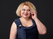 流动 关闭成熟白肤金发的妇女 免版税库存照片
