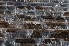 流动从台阶的步的水 免版税库存照片