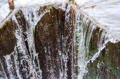 流动从水坝的水 免版税库存图片