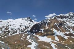 流动从多雪的山的两条河 库存照片
