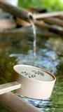 流动从竹子的水 免版税图库摄影