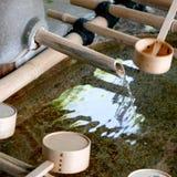 流动从竹子的水 免版税库存图片